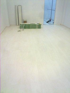 suelo laminado blanco beteado
